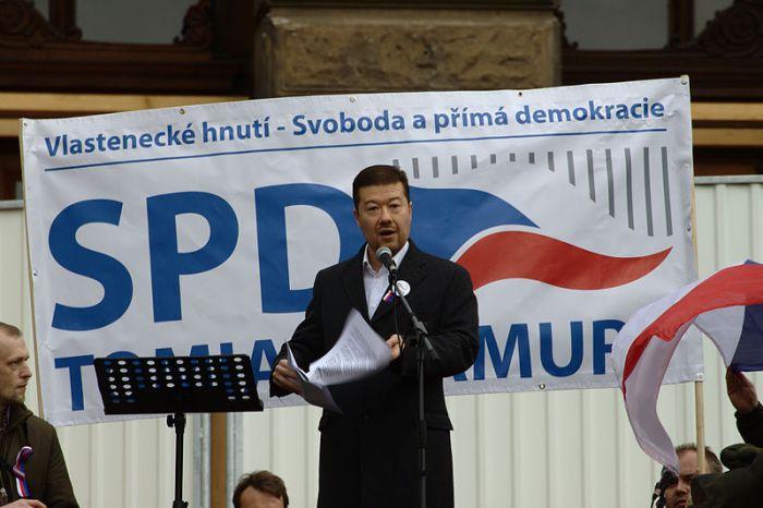 Praha,_Václavské_náměstí,_říjnová_demonstrace_proti_přijetí_uprchlíků,_Tomio_Okamura_II